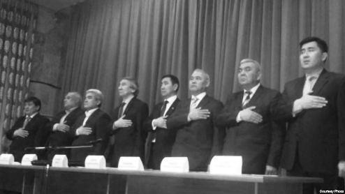 Члены «Народного парламента» митингуют около Первомайского суда Бишкека