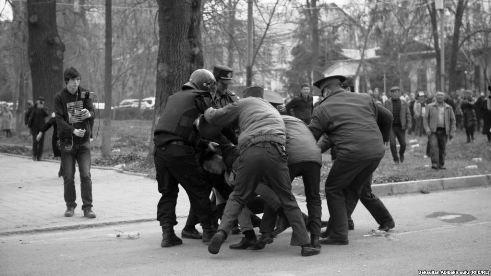 Омбудсмен посетил задержанных приверженцев Садыра Жапарова