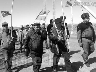 НаСтарой площади Бишкека митингуют сторонники «Ата Мекена»
