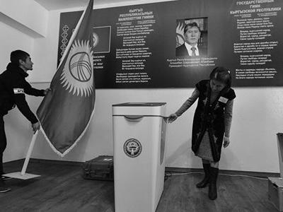Путин поздравил Атамбаева с удачным проведением президентских выборов вКиргизии